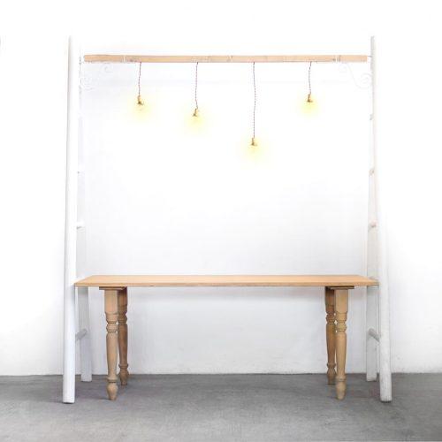 Tavolo e scale con luci a sospensione